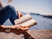 امرأة تستمتع بالقراءة فى مكان منعزل