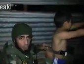 الجندى ينزع الحزام الناسف للطفل