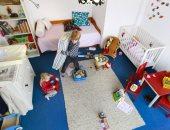 طفل يرتب غرفته