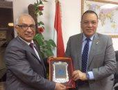 الفاخرى يهدى درع الجامعة الليبية لرئيس جامعة القناة