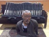 المتهم وبحوزته الأسلحة المضبوطة
