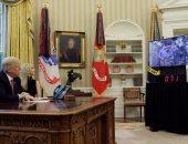 ترامب وابنته إيفانكا يتحدثان مع أعضاء وكالة الفضاء