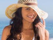 فتاة ترتدى قبعة