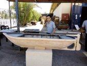 حسام خلال صناعة مجسم خشبى لمركب