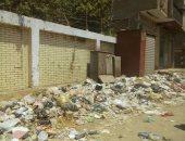 القمامة أمام سور المدرسة