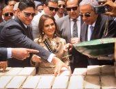 وزيرا التجارة والاستثمار والتعاون الدولى ورجل الأعمال أحمد أبو هشيمه يضعون حجر أساس المشروع بسوهاج