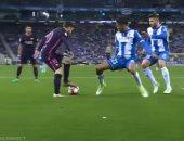 ميسي يراوغ مدافع إسبانيول