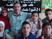 المعلم ياسر مع مجموعة من الطلاب