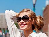 امرأة ترتدى نظارة شمس