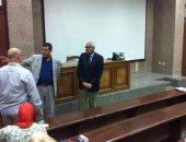 الدكتور أشرف عبد الباسط خلال تفقده سير الامتحانات