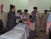جانب من توزيع الهدايا على المواطنين