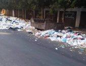 القمامة تحيط بالمدرسة
