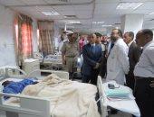 مدير أمن أسوان يزور طفلا بالمستشفى الجامعى