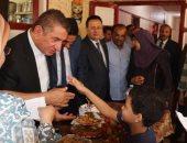 محافظ كفر الشيخ يداعب طفل في دار الأيتام