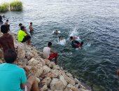 الأهالى فى طما والبلينا يسبحون فى النيل