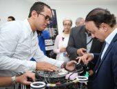 ياسر القاضى وزير الاتصالات خلال تفقده المنطقة التكنولوجية ببرج العرب