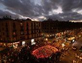 وقفة بالورود لتأبين ضحايا حادث برشلونة بإسبانيا