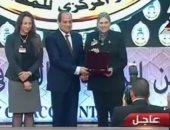 الرئيس السيسى مع أرملة المستشار الشهيد هشام بركات