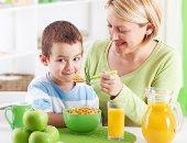 تناول غذاء صحى للطفل - ارشيفية