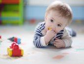 طفل يحبو على الأرض-أرشيفية