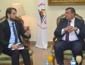 أسامة هيكل مع إبراهيم الهاشمى مدير العلاقات الحكومية بالشارقة
