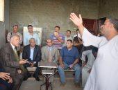 محافظ قنا يعقد لقاء مع أهالى قرية الكوم الأحمر