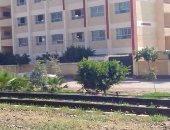 المدرسة تطل على شريط السكة الحديد