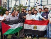 فلسطينيون يرفعون علم مصر فى غزة