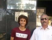 شوكة مع والده أمام القنصلية الفرنسية
