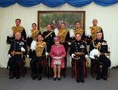 الملكة إليزابيث مع قدامى جنود قوات المدفعية الملكية
