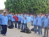 الطلاب يؤدون التحية العسكرية للشهداء