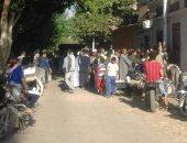 طابور مواطنين أمام مصلحة حكومية