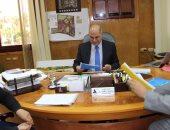 رئيس جامعة كفر الشيخ يطلع على كتاب بغلة برايل تصميم كفيف