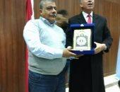 محافظ البحر الأحمر يكرم رئيس لجنة الإسكان