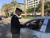 رجل مررو يفحص رخص قائدى السيارات