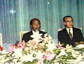 شاه إيران محمد رضا بهلوى وزوجته فرح يتوسطهم الرئيس السادات