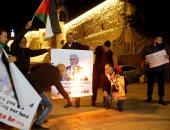 فلسطينيون يحرقون صورا لنائب ترامب
