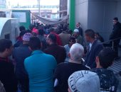 تكدس المواطنين أمام مكتب البريد