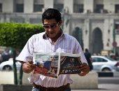 قارئ يتصفح جريدة اليوم السابع