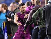 أجويرو لحظة هجومه على مشجع ويجان