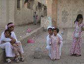 أطفال يلعبون أمام بيتهم الكائن فى إحدى أحياء مدينة بنى ياس بأبوظبى