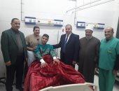 محمد المحرصاوى رئيس جامعة الأزهر خلال زيارة أحد الطلاب المرضى