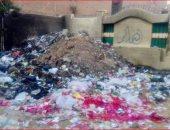 القمامة بجوار سور مجمع مدارس أسكو