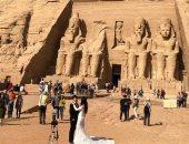 حتفال عروسان من الصين بزفافهما أمام ساحة معبد رمسيس الثانى بابوسمبل