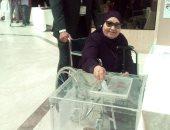 سيدة مسنة تدلى بصوتها في سفارة مصر بالرياض