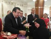اللواء طارق زكي رئيس مجلس ادارة نادي ايروسبورت يكرم الامهات المثاليات من الأعضاء والعاملين بالنادي