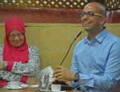 أحمد مراد وبجواره والدته