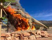 احتراق مجسم ديناصور