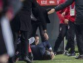 مدرب بشكتاش مصابا على أرضية الملعب