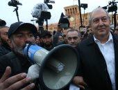 رئيس أرمينيا بجوار زعيم المعارضة